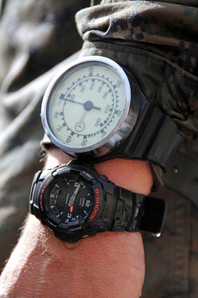 ceasuri diver alaturi de indicator presiune si adancime